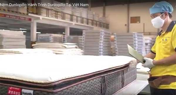 Kiểm tra chất lượng sản phẩm nệm Dunlopillo trước khi đưa ra thị trường tiêu thụ.